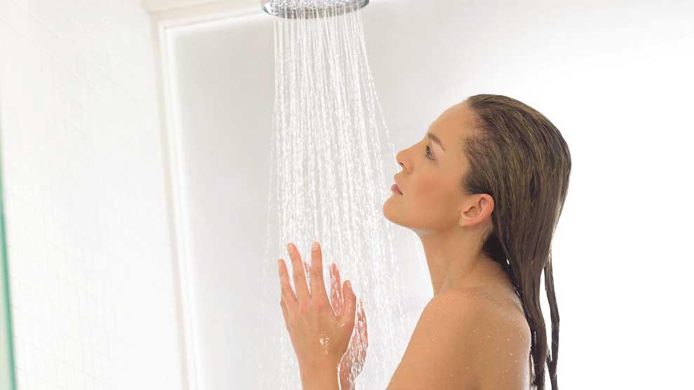 Молодая спортивная девчонка просто принимает душ  165077