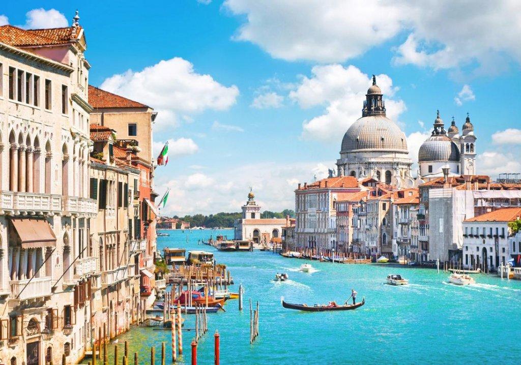 Setur, Bayram tatilinde İtalya'yı tercih etmeyi düşünenlere 4 ayrı alternatif sunuyor. Venedik, Floransa ve Roma'yı kapsayan 26 Ağustos – 2 Eylül tarihleri arasındaki Klasik İtalya Turu, Roma'da şehre yakın konaklama, Montecatini konaklama ve Roma'da Vatikan gezisini içeriyor.