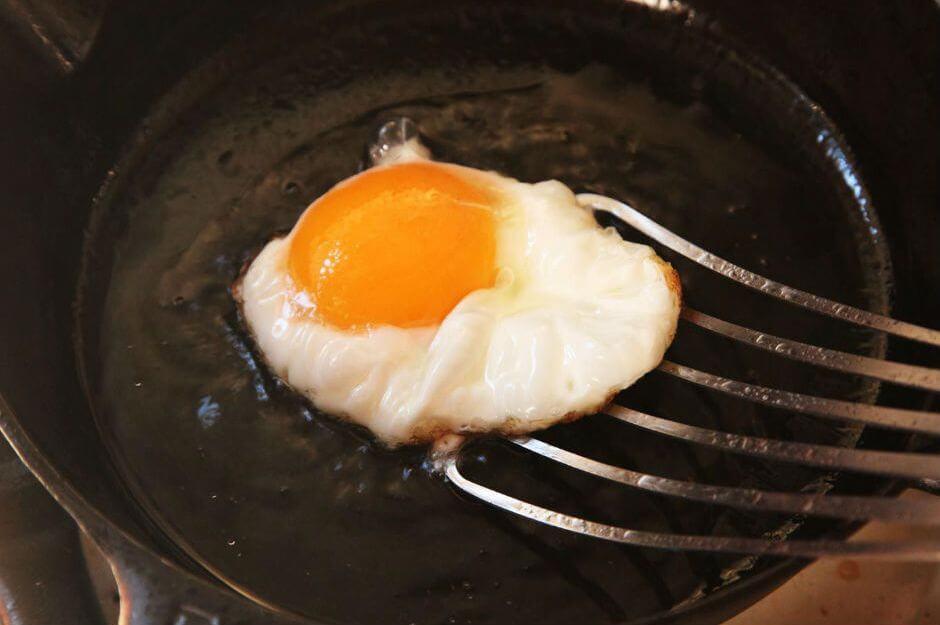 Kesinlikle Demir Döküm Tava veya Tencerede Pişirmemeniz Gereken Yemekler